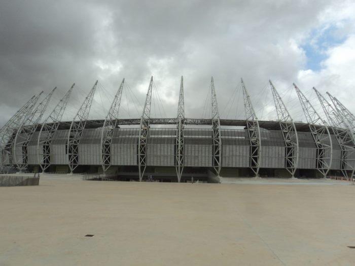 Estádio de futebol com aço inox