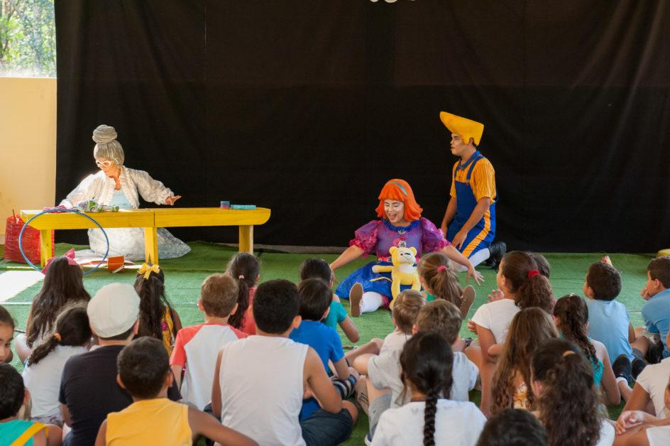 Histórias interpretadas pelos atores fizeram a diversão da criançada