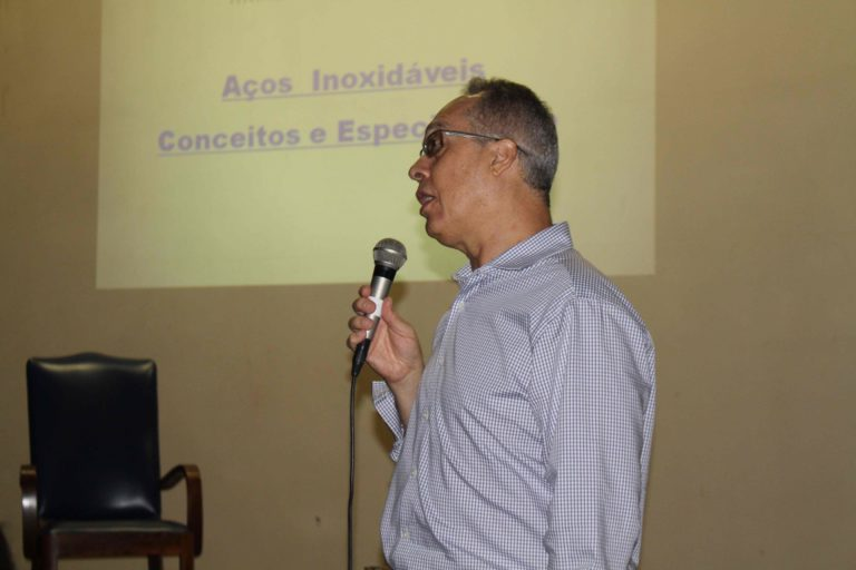 Evento contou com palestras e exposição que ressaltaram benefícios do inox
